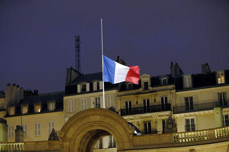 Bij de Franse ambassade in Den Haag hangt de nationale vlag halfstok. Beeld anp