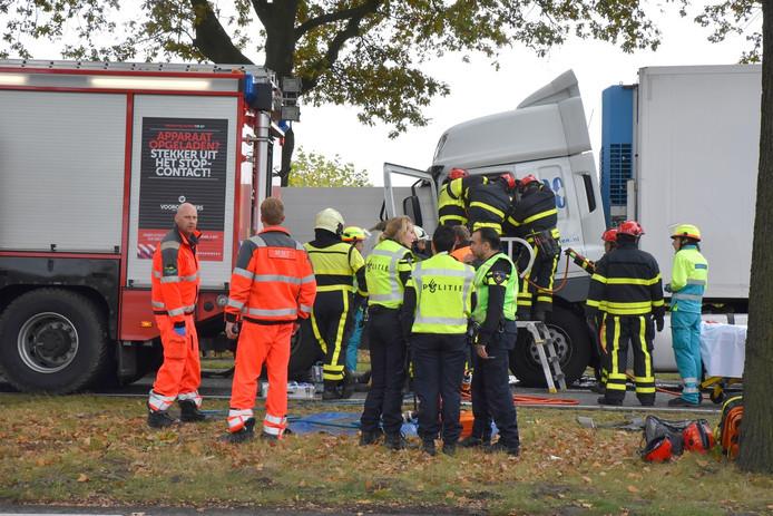 Kettingbotsing tussen drie vrachtwagens op de N65 bij Oisterwijk; een chauffeur raakte zwaar gewond.