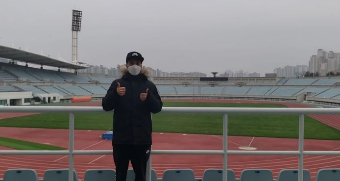 Jerry van Wolfgang in stadion Cheonan met mondkap.