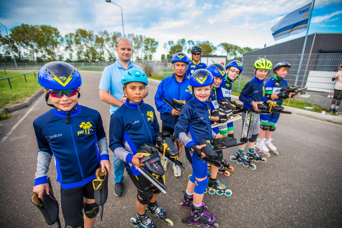 Daan den Hartog (lichtblauwe polo) met leden van IJsvereniging Zoetermeer op de eigen skeelerbaan in het Buytenpark.