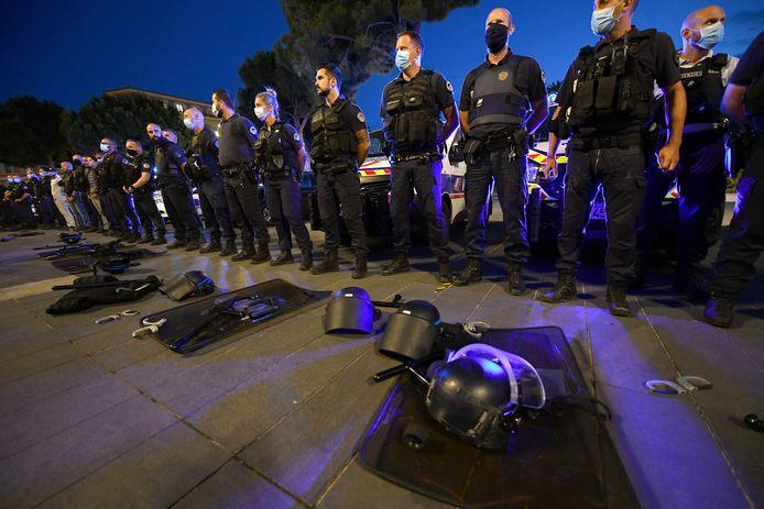 In Frankrijk kwamen gisteren heel wat agenten op straat uit protest tegen uitspraken van minister van Binnenlandse Zaken  Christophe Castaner over racisme en geweld bij de Franse politie. De agenten gooiden hun handboeien en beschermingsmateriaal op de grond als symbolische actie.