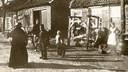 Loveren omstreeks 1890; rechts de smederij L.G. Kin en zonen en links de wagenmakerij Adr. Luijten. In het midden het steegje waar de broers Bernardus en Hendrik Kin in de nacht van 1 op 2 januari 1854 de broers Jan en Gerard Hendriks opwachtten.