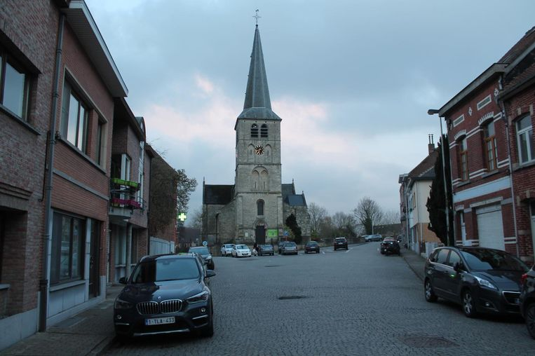 Het huidige plein rond de Sint-Pieterskerk (links) moet een groene oase worden.
