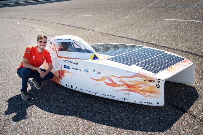 Michel Versteegh bij de zonnewagen.