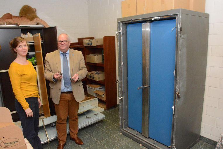 Bibliothecaris Katrijn De Smit en schepen Wilbert Dhondt bij de geforceerde kluis.