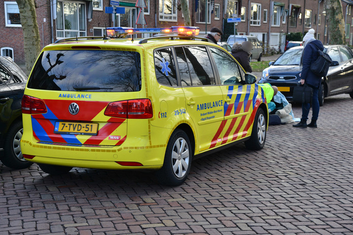 Ongeluk met fiets en auto op de kruising van Heuvelbrink en Willem en Barentszstraat in Breda.