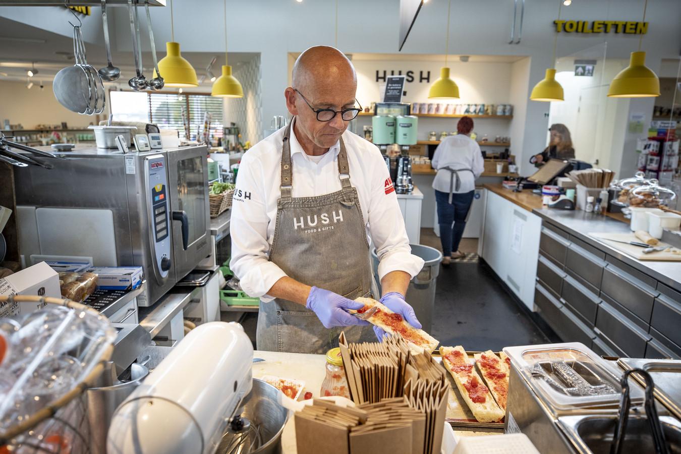 Edwin Riesmeijer zorgt bij het tankstation voor ontbijt en lunch.