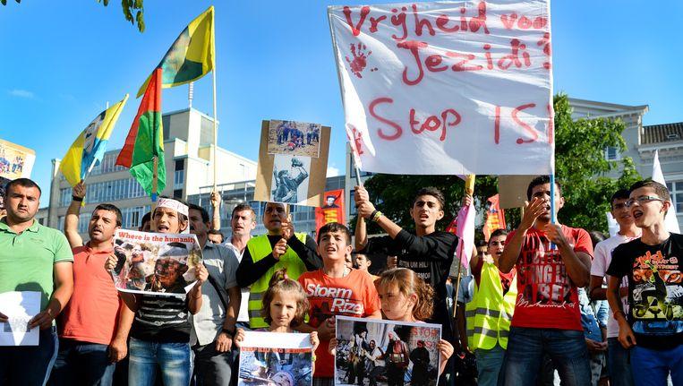 Arnhemse Koerden demonstreerden gisteren tegen het geweld in Noord-Irak. Zij betuigen hun medeleven met de Yezidi's, een religieuze minderheid die door ISIS wordt vervolgd. Beeld anp