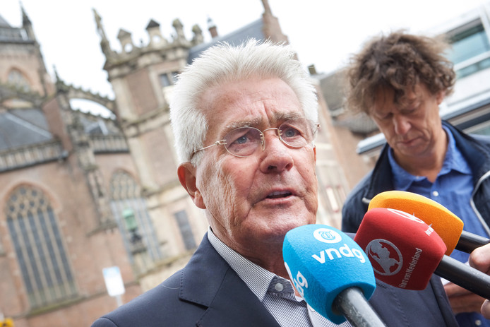 Peter Wiegmink, broer van de op de Posbank vermoorde huisschilder Alex Wiegmink, staat de pers te woord.