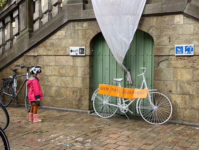 De ghostbike staat symbool voor fietsverkeersslachtoffers.