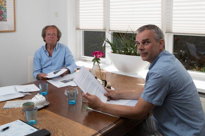 Ab Visser (l) en Oscar Langeveld (r) strijden voor verkeersveiligheid in hun dorp, met name rond de Jan Hooglandstraat en de Kleistraat.