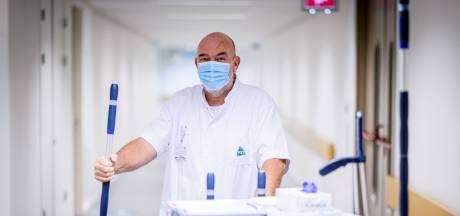 Kroegbaas is tijdelijk schoonmaker in het ziekenhuis: 'Ik ben een stuk vrolijker en positiever'