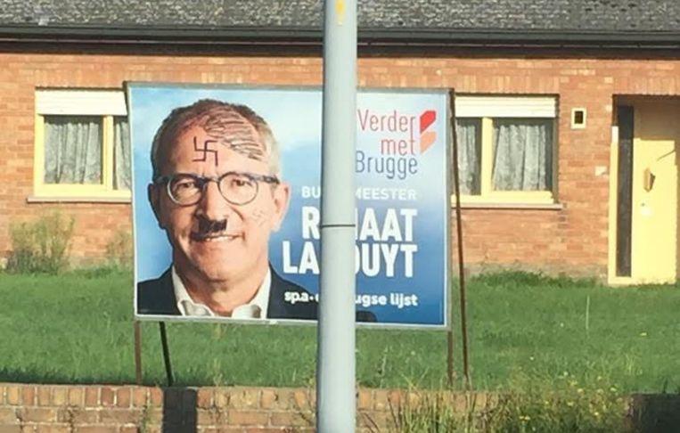 Het opvallende bord staat in Zeebrugge vlakbij de kerk waar al maandenlang transmigranten samentroepen.