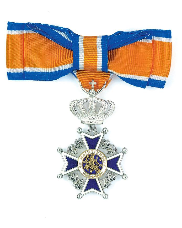 De versierselen die horen bij de onderscheiding tot Lid in de Orde van Oranje-Nassau.