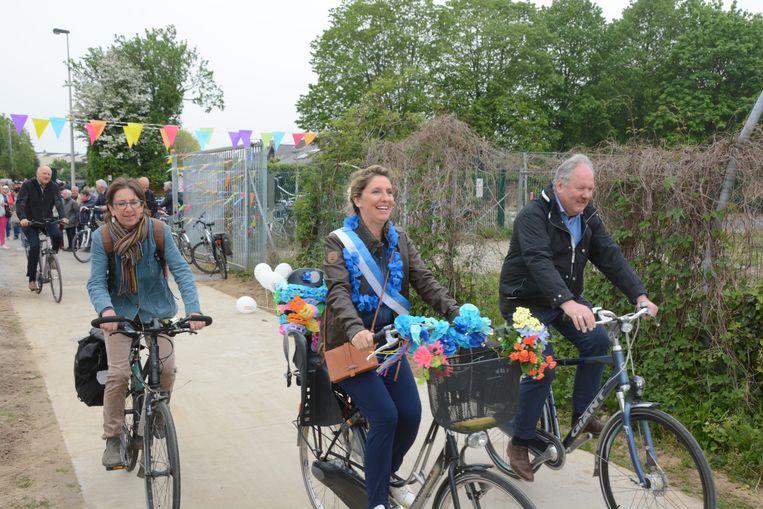 De nieuwe fietssnelweg langs het spoor werd woensdag feestelijk ingereden met burgemeester Marc Van de Vijver en Melseels 'dorpsburgemeester' Lien Claessens op kop.