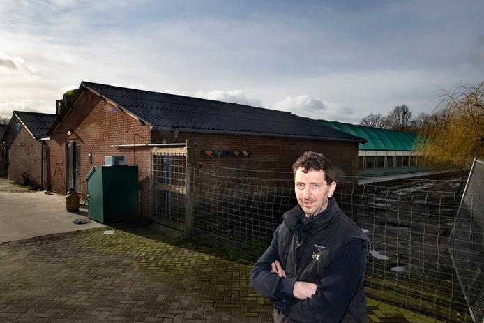 De Deurnese pluimveehouder Coen Manders moet zijn hennen op stal houden vanwege de ophokplicht.