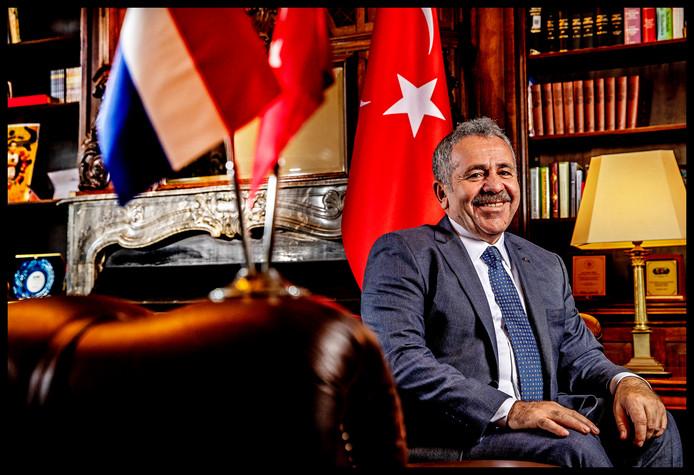 Saban Disli in zijn kantoor in de ambassade.