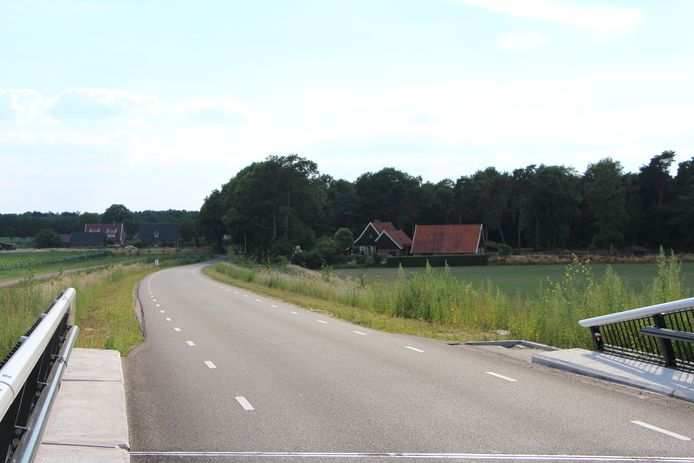 De bewuste woonboerderij van klager Jelle Pit, onderaan het N18-viaduct in de Lintveldseweg.