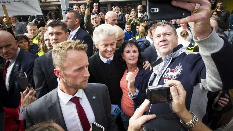 PVV-leider Geert Wilders voerde zaterdag in het centrum van Almere actie tegen de uitbreiding van het asielzoekerscentrum. Samen met andere Kamerleden uit zijn fractie en gemeenteraadsleden van zijn partij deelde hij onder meer flyers uit. Beeld anp