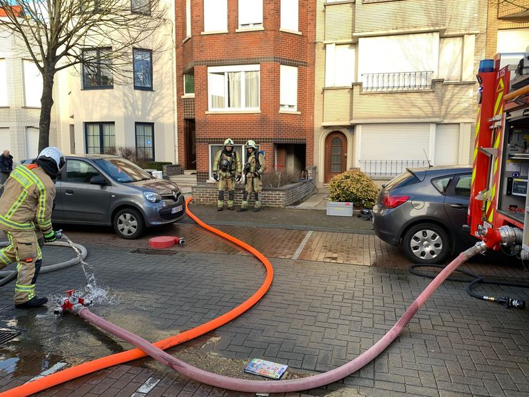 De brandweer in de Hanneusestraat in Blankenberge.