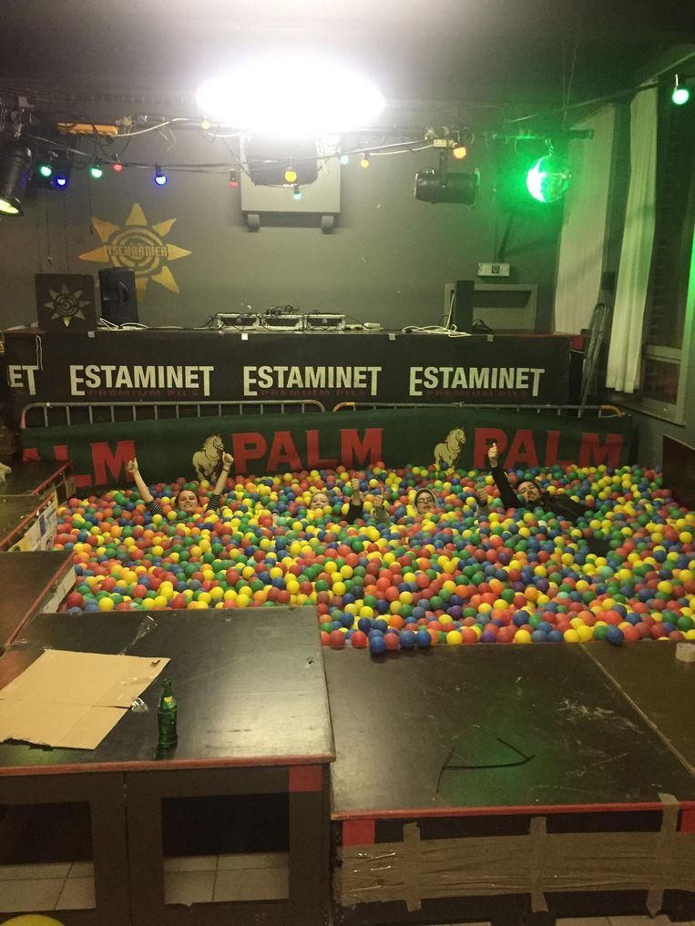In jeugdhuis 't Scharnier vindt vanavond een galaballenbadfuif plaats. Er werden liefst 18.000 ballen aangevoerd.