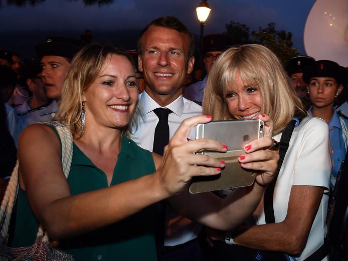 Emmanuel Macron et son épouse Brigitte se prêtent au jeu des selfies à Bormes-les-Mimosas