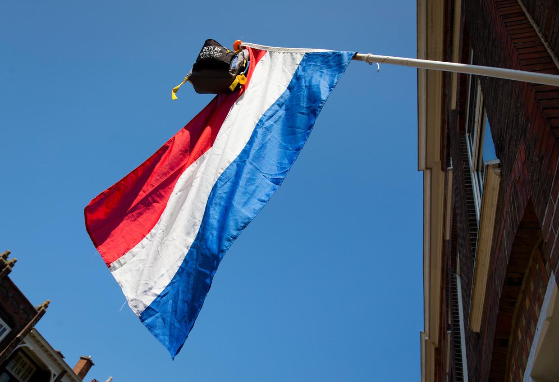 De vlag hangt uit bij de woning van een eindexamenkandidaat.