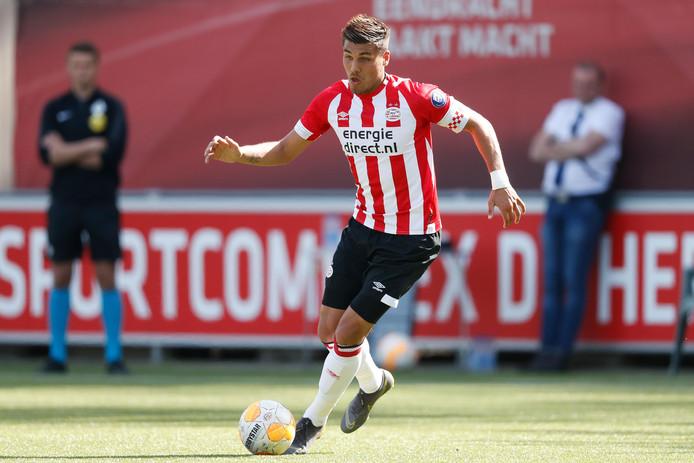 Joël Piroe, de spits van Jong PSV, tijdens een duel op kunstgras bij het trainingscomplex van PSV.