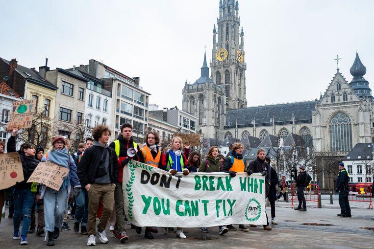Deze jongeren kunnen als ze een selfie namen op deze betoging rekenen op 20 procent korting bij 8 Kringwinkels.