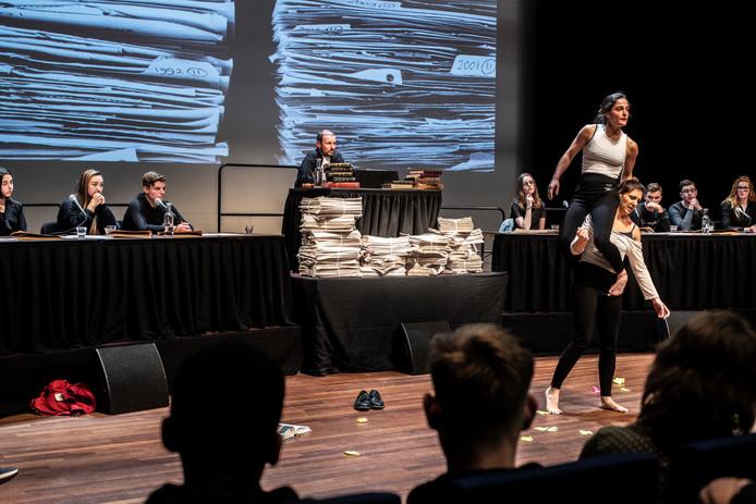 Acteur Huub Smit speelt rechter in Vrijheidstribunaal in Lux 7. Het eerste pleidooi wordt in dans uitgevoerd door danscollectief Arnhemse Meisjes.