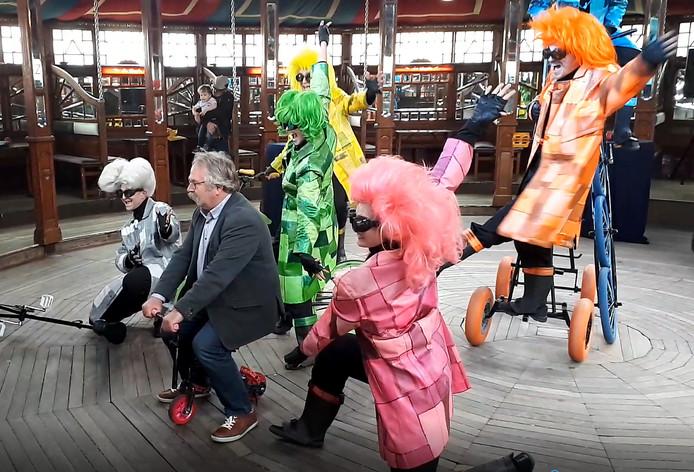 Tweede nostalgische kermis in Roosendaal geopend door wethouder Cees Lok op mini fietsje. Still uit video Alfred de Bruin
