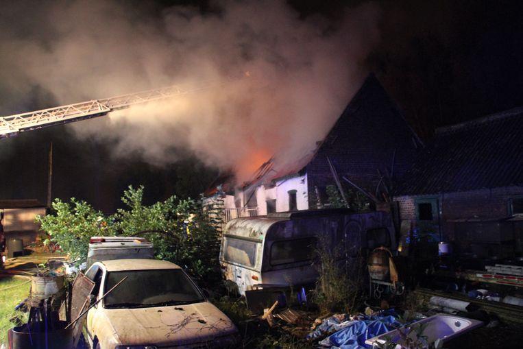 In de Groenestraat in Wevelgem brandde in de nacht van zaterdag op zondag een leegstaande hoeve volledig uit.