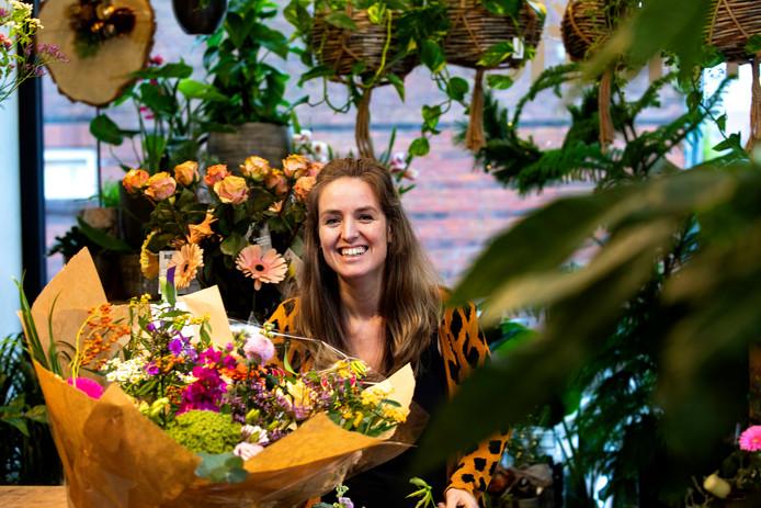 Marieke Verhees tussen de bloemen.