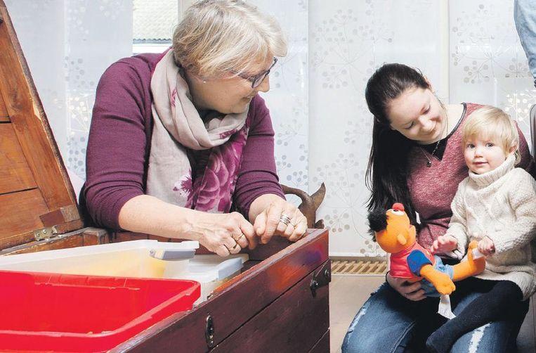 Leni (66) en Jan Kees (63) Roose uit Amersfoort zijn al 27 jaar pleegouders. Naast hun vier eigen kinderen, zorgden ze voor zeventien pleegkinderen. Nu wonen een tienermoeder, haar baby en een 19-jarige pleegzoon bij hen. Beeld Maartje Geels