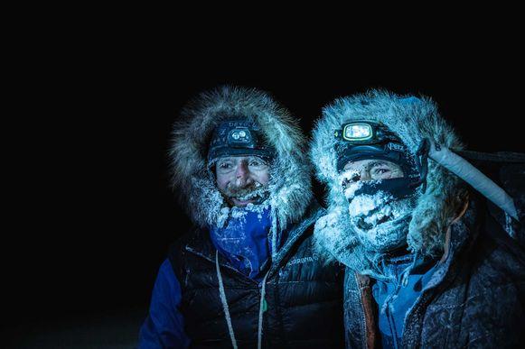 Borge Ousland (L) uit Noorwegen en Mike Horn uit Zuid-Afrika (R) poseren bij hun aankomst aan ijsbreker Lance in de Noorse wateren van de Arctische Oceaan, nadat ze met succes de bevroren wateren overstaken.