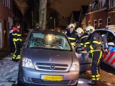 Vandalen vernielen auto in Tilburg en gooien baksteen tegen woning