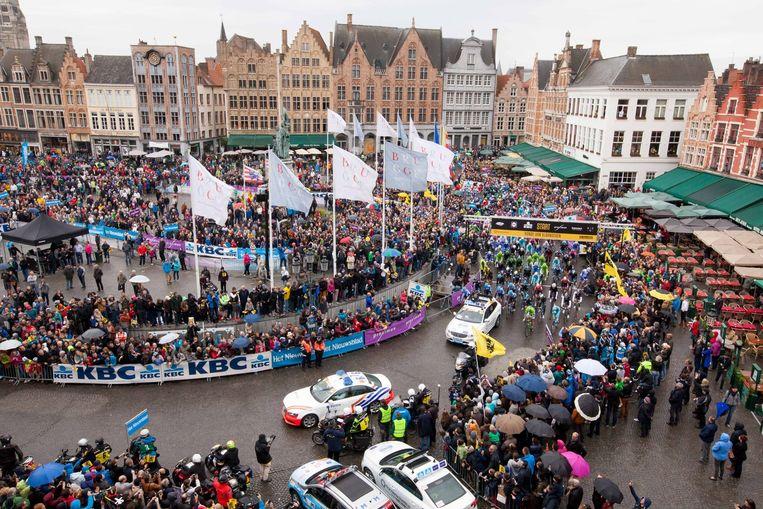 De start van de Ronde van Vlaanderen lokt al twintig jaar een massa volk naar de Markt van Brugge.