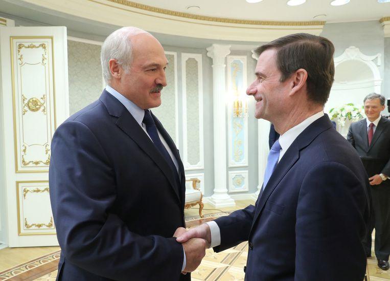 De president van Wit-Rusland Alexander Lukashenko verwelkomt de Amerikaanse gezant David Hale tijdens een bezoek van die laatste aan Minsk.