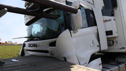 Drie vrachtwagens betrokken in kop-staartaanrijding op E17 ter hoogte van wegenwerken, metalen buis doorboort cabine van truck