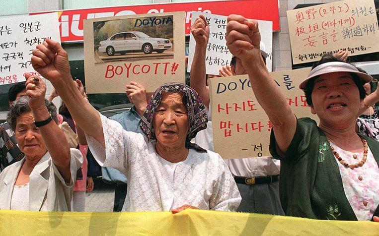 Zuid-Koreaanse vrouwen die tijdens WOII 'troostmeisjes' waren, roepen in 1996 op tot een boycot van Japanse auto's. Beeld afp