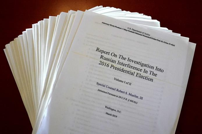 Het Mueller-rapport zoals dat donderdag openbaar gemaakt werd. In het rapport zijn grote delen onleesbaar gemaakt.