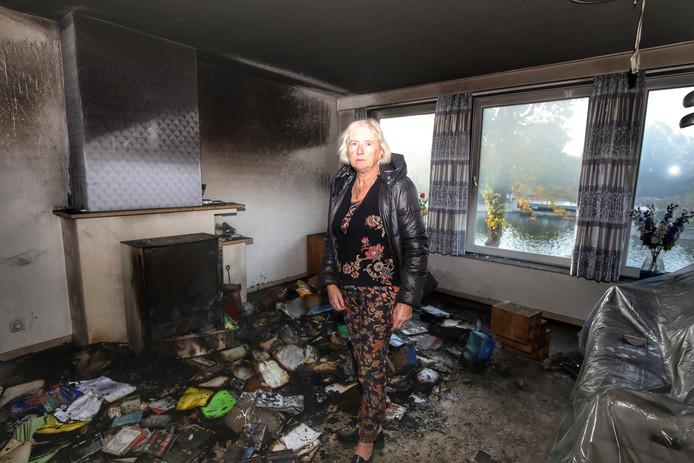 Myriam De Keyser in haar appartement, waarvan de muren zwartgeblakerd zijn.