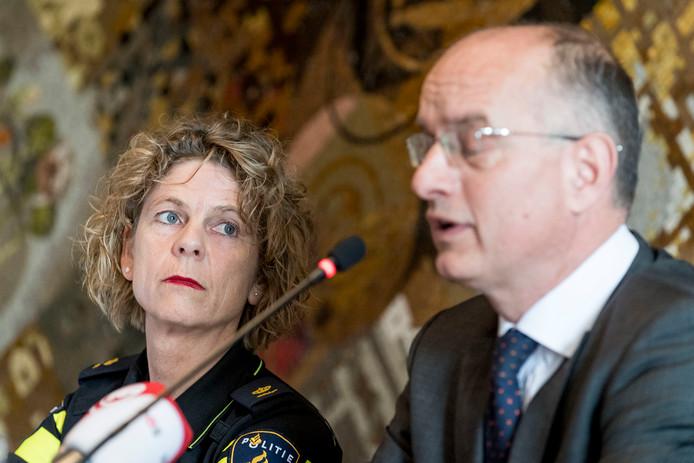 Burgemeester Onno van Veldhuizen aan het woord, naast hem politiechef Janny Knol.