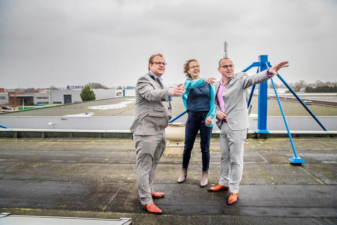 Wethouder Sandmann (links) op het dak bij VRM, het Apeldoornse bedrijf dat voor panelen op het dak koos. De zoektocht gaat verder.