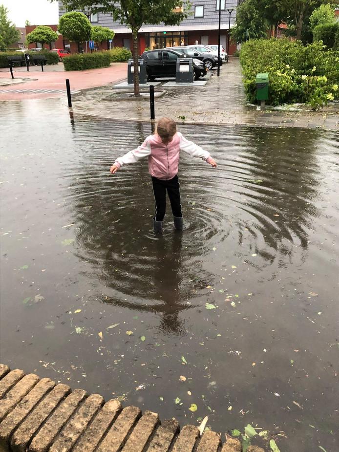 De dochter van Maria de Jong-Middelkoop trok haar kaplaarzen aan om te zien hoe hoog het water stond.