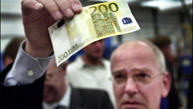 Toenmalig minister van Financiën Gerrit Zalm houdt 200 euro-biljet omhoog, 2001. Beeld anp