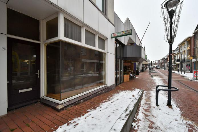 Leegstaande winkel aan Oudestraat in Neede. Berkelland wil onder omstandigheden tijdelijke bewoning toestaan van panden die geen woonbestemming hebben.