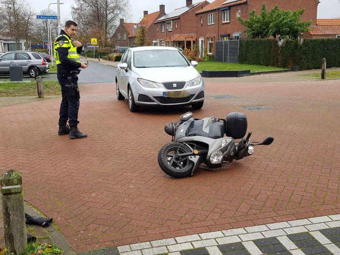 De scooter raakte flink beschadigd. De bestuurder kwam er met schaafwonden vanaf in Lievelde.