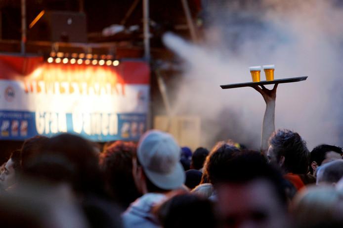 Maximaal twee biertjes halen per keer? Onze lezers zien toch wat praktische bezwaren: hoe vaak of met hoeveel mensen moet je voor een groepsrondje naar de tap?