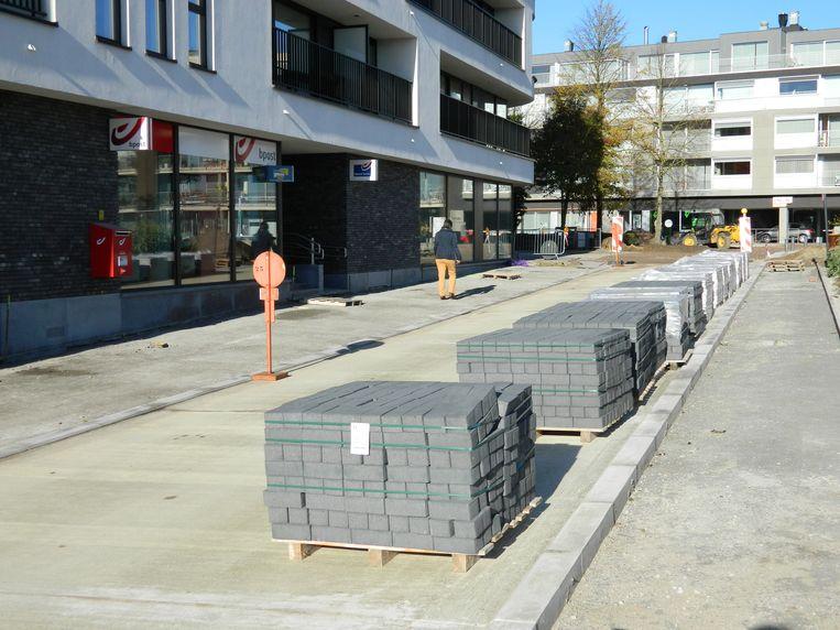 De stenen liggen al klaar om vanaf maandag de voetpaden aan te leggen, en de straat zo af te werken.